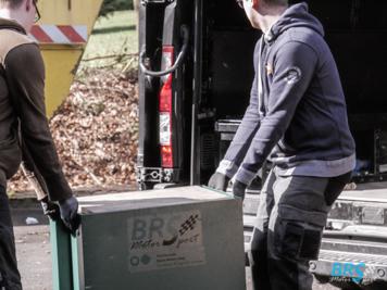 Die letzten Kisten werden in unseren Teamtransporter geladen